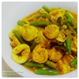 https://marinaohkitchen.wordpress.com/2015/09/14/indonesian-seafood-curry/