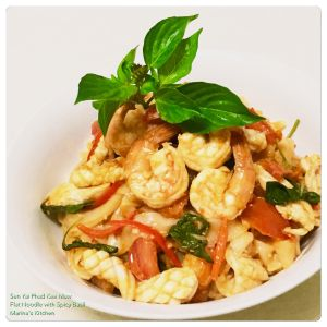 sen-yai-phad-kee-maw-flat-noodle-with-spicy-basil